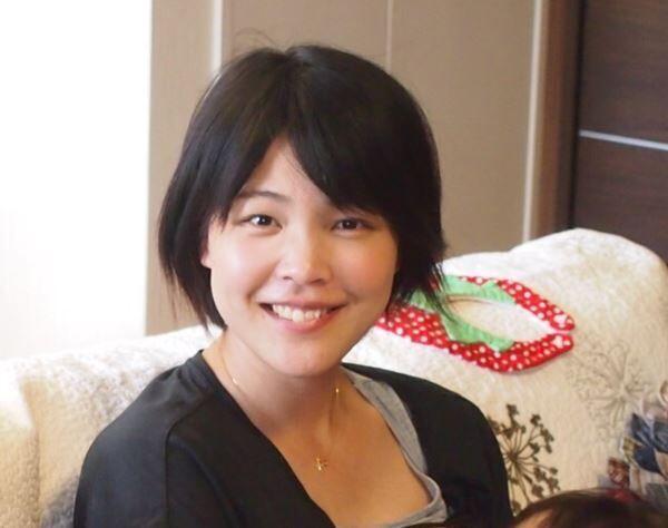長女を胸に笑顔を見せる長村千惠さん。この翌年、第2子の無痛分娩中に呼吸停止。意識が戻らないまま亡くなった。