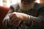 「高齢者がコロナ感染=死は誤解」と医師、外出しないリスクも