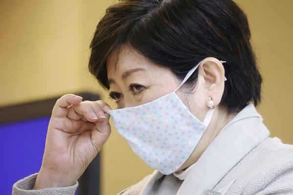 """マスクが""""オシャレ!""""と話題の小池都知事(写真:時事通信)"""