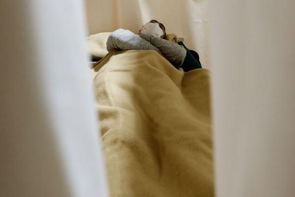 隔離が必須となる新型コロナ患者(写真:時事通信)