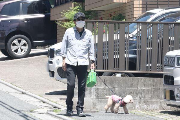 自宅にこもっていた大和田だが、ようやく愛犬との散歩へ。