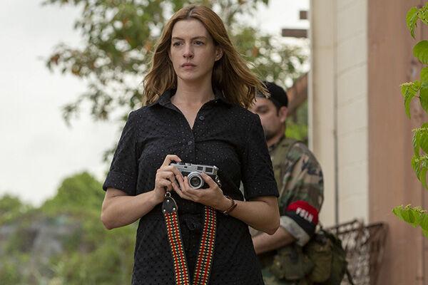 アン・ハサウェイが危険な戦場でスクープを追う敏腕記者エレナに。