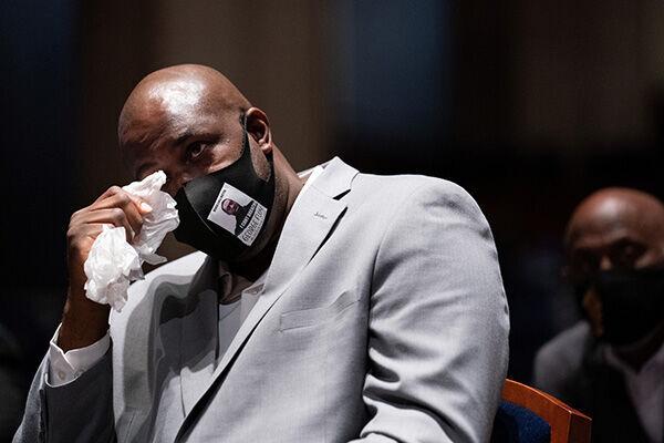 米下院司法委員会で涙ながらに証言するジョージ・フロイドさんの弟フィロニーズ・フロイドさん(写真:代表撮影/ロイター/アフロ)