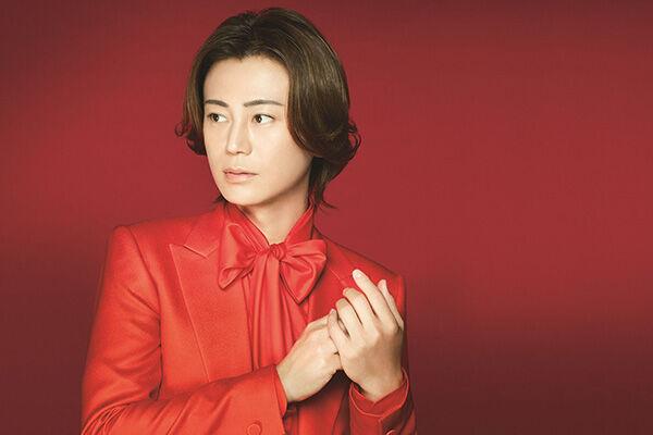 ニューシングルは真紅のスーツで!
