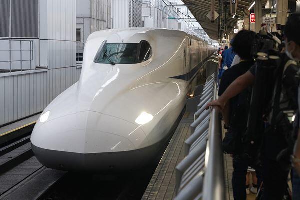 密閉空間になりがちな新幹線は警戒が必要だ(写真:時事通信)