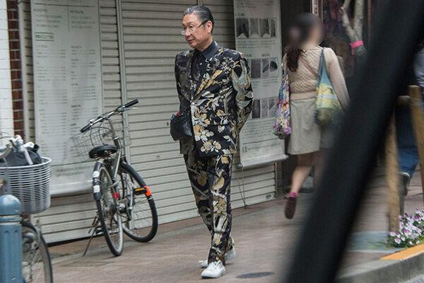18年4月、三軒茶屋の街を個性的なスタイルで歩いていた寛斎さん