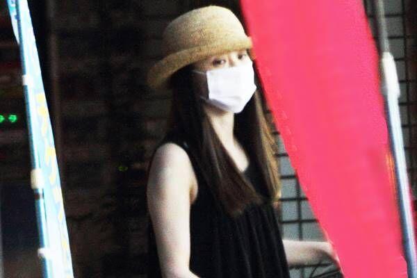 マスク姿の聖子。