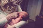 誘拐犯から救った赤ちゃんに女性警官が母乳飲ませ救う 南米