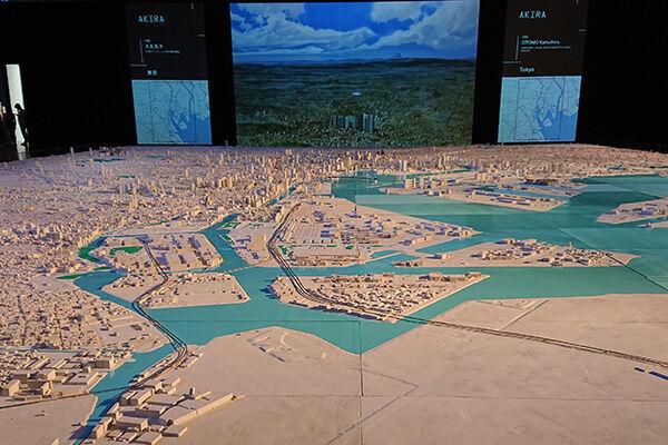 この模型はスクリーンに映る作品の舞台となった地域がライトアップされる仕組み。