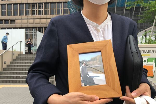 7月15日、裁判初日を終えて大阪地裁から出てきた赤木雅子さん。