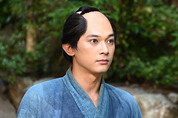キリッとしたちょんまげ姿も麗しい渋沢栄一役の吉沢亮。