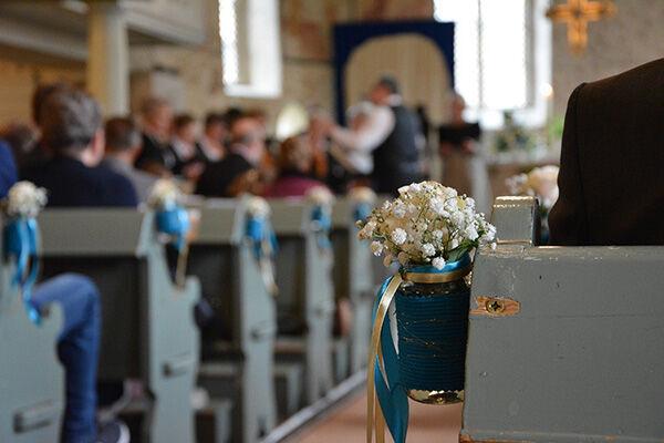 「その人は私の夫です!」 結婚式に子を背負った女性が乱入