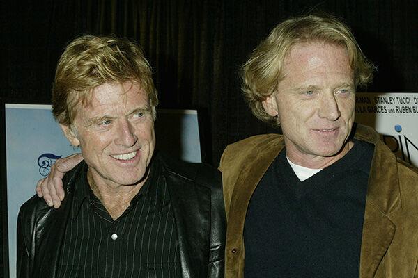 2003年のロバート・レッドフォード(左)とジェイムズ・レッドフォード(右)(写真:ロイター/アフロ)