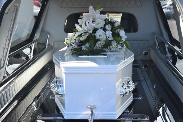 """死亡宣告後に葬儀場で""""生き返った""""女性、2カ月後に死去"""