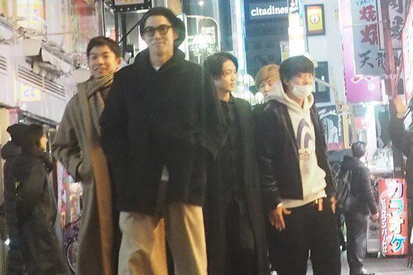 18年12月、『今日から俺は!!』の打ち上げで賀来賢人らと楽しそうな伊藤。
