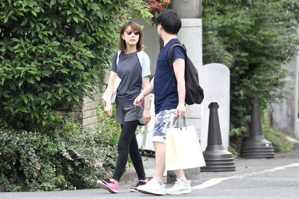 19年7月、実家近くで談笑しながら歩く麻耶と夫の國光氏。