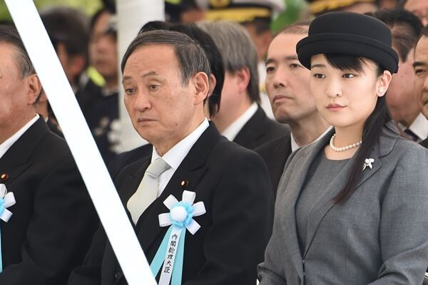 菅首相の隣に並ばれた眞子さま。