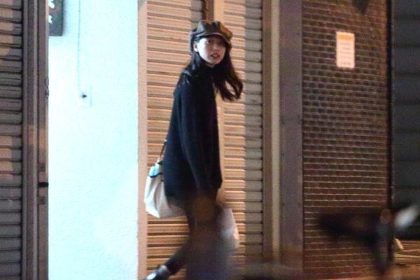 19年10月の深夜、恋人役の松下洸平らと居酒屋から出てきた戸田恵梨香。