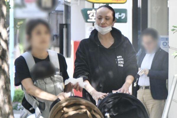 9月30日、ママ友とカフェから出てきた出産目前の道端アンジェリカ。