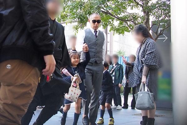 17年10月、子どもたちの手を引いて歌舞伎座へ向かう海老蔵。