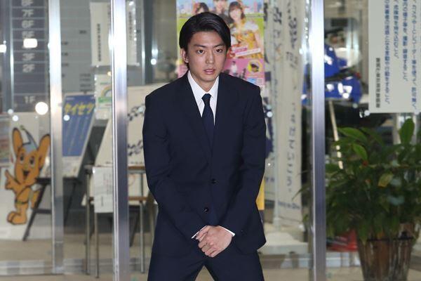 釈放された伊藤は報道陣を前に深々と頭を下げていた。