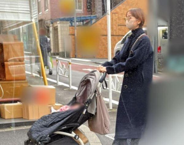 12月、愛娘をのせたベビーカーを押す姿を目撃。