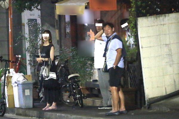 20年8月中旬、マスクをせず飲み会をあとにする石田。