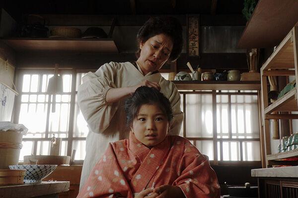 「岡安」に来た9歳の千代(毎田暖乃)に女中としての仕事を教え込んだかめ(写真提供:NHK)