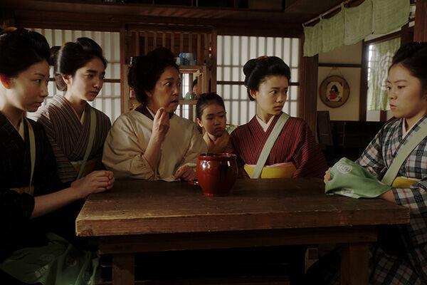 杉咲花も含めキャストは「かめつぼ」のおかきに夢中(写真提供:NHK)