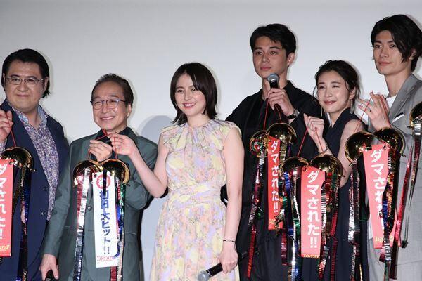 19年5月、映画1作目が公開。三浦さんと竹内さんは笑顔を見せていた。