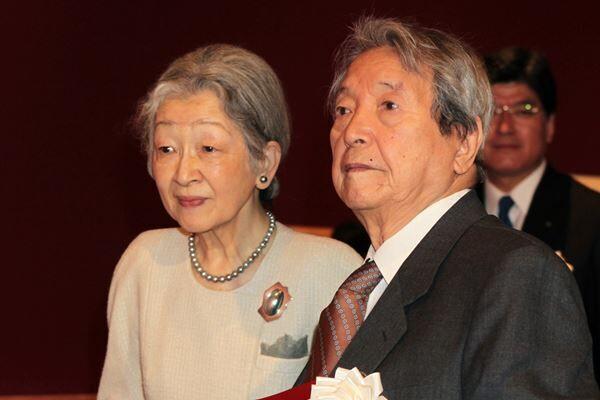 12年3月「安野光雅の絵本展」を安野さん本人とご覧になった美智子さま /(C)JMPA