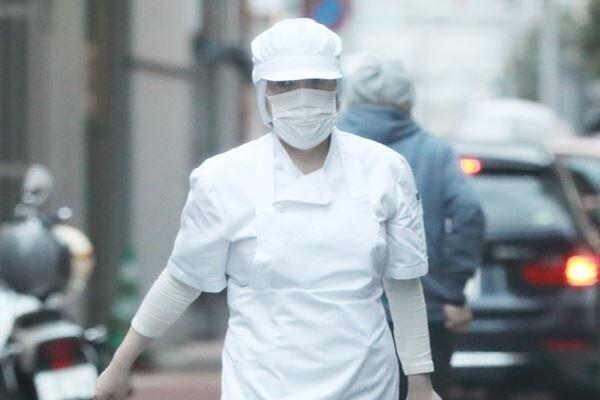白衣で仕事場に向かう小室佳代さん。