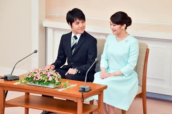 眞子さまを「月」、小室さんを「太陽」にたとえたお二人の会見は、微笑ましいとの声の一方で、皇族への敬意を欠いているとの意見もあった /(C)JMPA