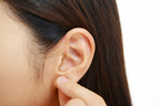 冬の寒暖差によるダメージを軽減する耳ツボマッサージ