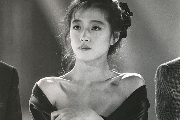 87年、全日本歌謡音楽祭で胸元が大きく開いたドレスを着る明菜