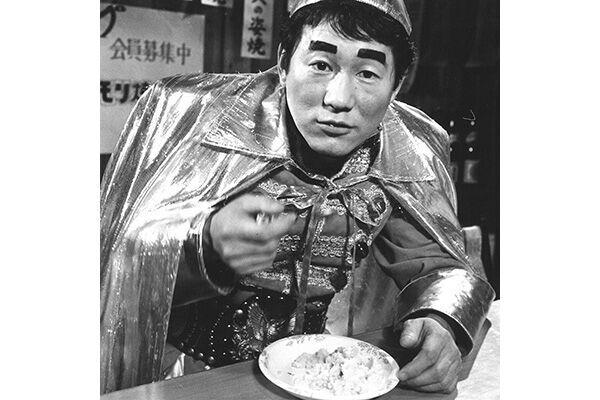 小学校給食のメニューとして考案された健康食「タケちゃんマンライス」を頬張る当時36歳のビートたけし