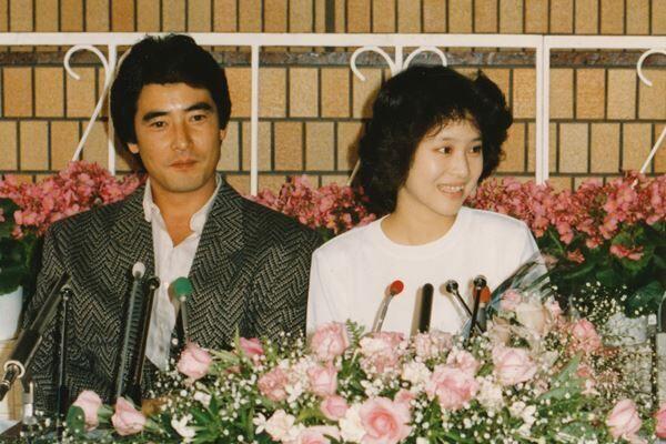 86年10月、沙也加の出産会見を行う聖子と神田正輝