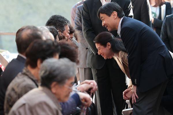 13年11月、岩手県釜石市を訪問された両陛下 /(C)JMPA