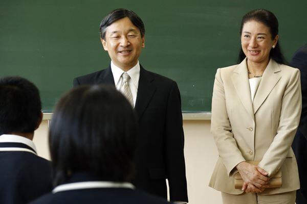 15年10月、福島県のふたば未来学園高校を訪問された両陛下 /(C)JMPA