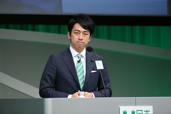 小泉大臣「ゴミでスニーカー」発言に「また変な事を」と批判