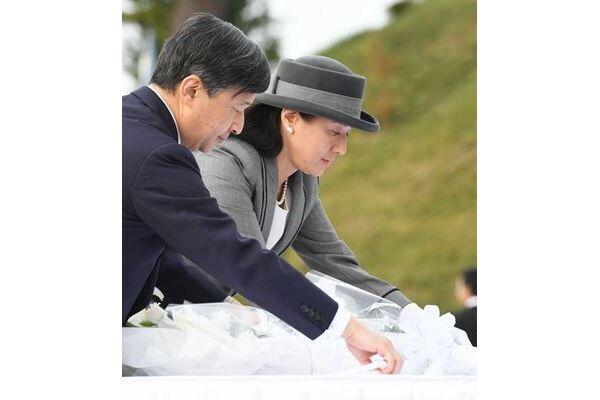 17年11月、閖上地区の慰霊碑に供花される両陛下 /(C)JMPA