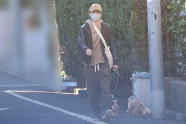 20年12月、犬を散歩させる渡部
