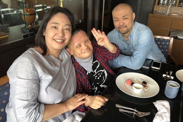 ダウン症の兄ター君(中央)と夫、マー君は持田さんの最強の味方「でも私は兄にとって口うるさい母親的存在のようです(笑)」