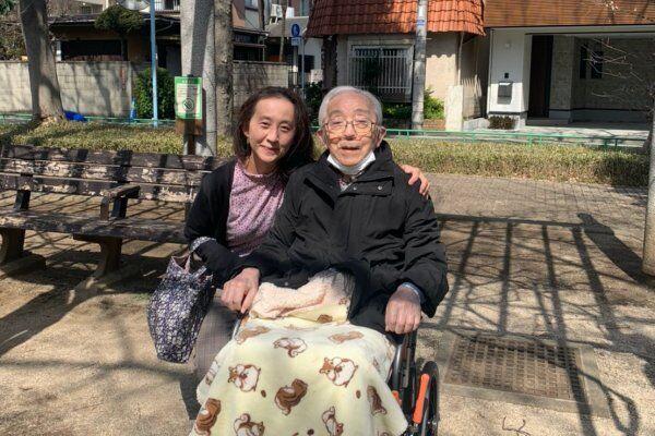 桜の咲く公園に出かけたまりさんと長谷川医師(提供:まりさん)