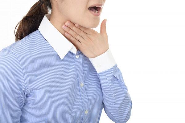 飲み込む力の低下が招く意外な症状 痰がたまる、声が変わった