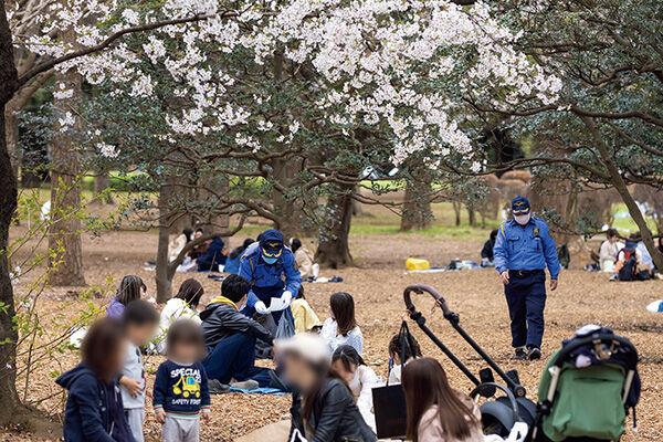 東京・代々木公園では警備員が見守り中!