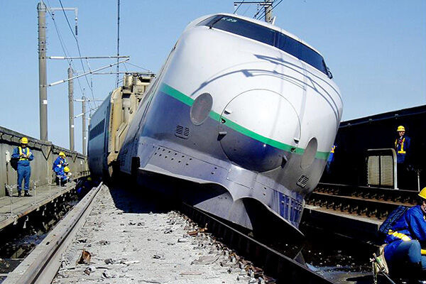 04年10月、マグニチュード6.8を観測した新潟県中越地震は新幹線が脱線するほどの被害だった(写真:時事通信/提供:JR東日本)