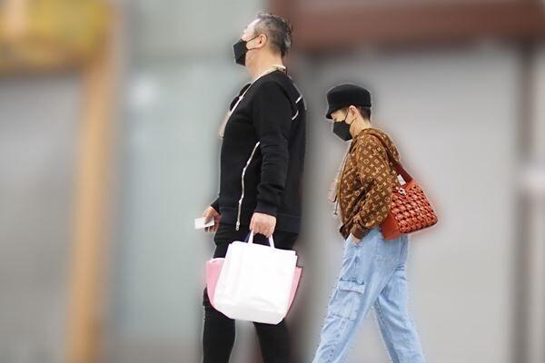 4月上旬、都内の駅を歩く夏木と夫