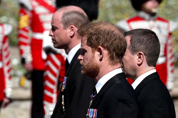 従兄弟を挟んで霊柩車の後を行進するウィリアム王子(奥)とヘンリー王子(手前)(写真:代表撮影/ロイター/アフロ)