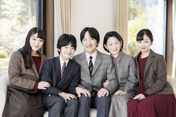 「円満」を強調するかのような秋篠宮家の家族写真だが…(写真提供:宮内庁)